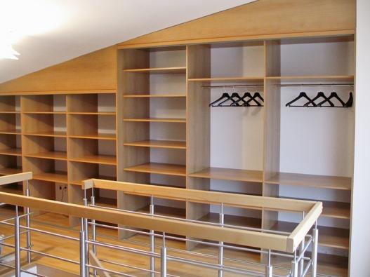 Ukázka praktických možností využití podkrovních prostor vestavěnými skříněmi (INDECO CZ).