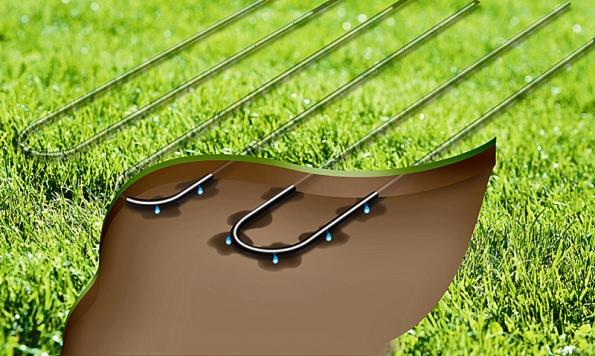 Rozložení kapací hadice pod trávníkem sdoporučeným odstupem řad 30cm. Padesátimetrová role hadice přijde na 2000Kč.
