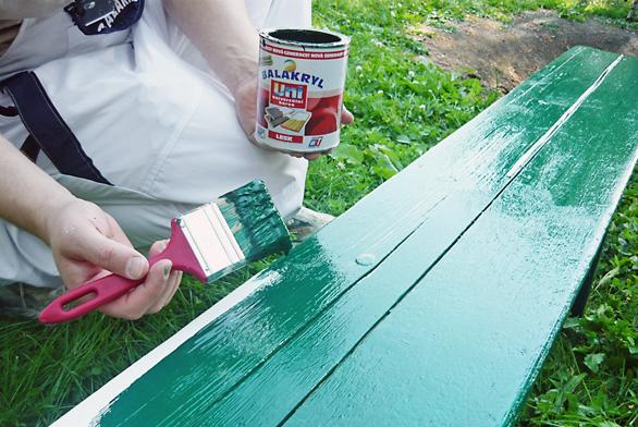 Abychom dosáhli odpovídajícího vzhledu, natíráme povrchy masivního dřeva, dýhovaných inedýhovaných překližek, dřevovláknitých idřevotřískových desek lazurovacími nebo krycími barvami.
