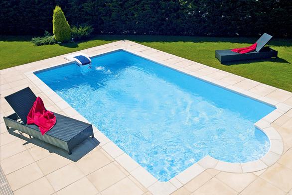 Elegantní tvar bazénu srománským schodištěm abezpotrubní filtrací skvěle zapadá dookolní zahrady (DESJOYAUX).