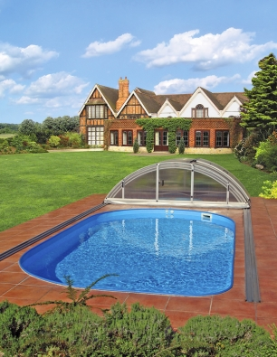 Oválný bazén Albistone se zastřešením Klasik avkusně řešeným okolím bazénu, skvěle koresponduje sokolní zahradou iarchitekturou domu (ALBIXON).