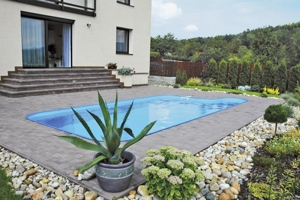 Jednoduché, elegantní, praktické apřirozeně působící architektonické propojení bazénu sdomem azahradou (ALBIXON).