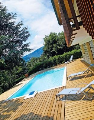"""Tak asi vypadá ideální místo pro bazén: """"napomezí"""" mezi domem azahradou, světlem astínem, dostupností asoukromím (DESJOYAUX)."""