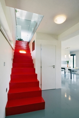 """Železobetonové schodiště opatřené stěrkou avýrazným barevným nátěrem – velká """"paráda"""" zapřijatelnou cenu. Autorem myšlenky je architekt Radim Václavík."""