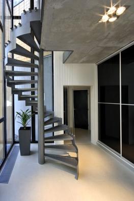 Točité ocelové schodiště vynikne díky boční schodnici, jde ojednolitý profil ze silnostěnného plechu. Design Ing.arch. Ondřej Kamenický.