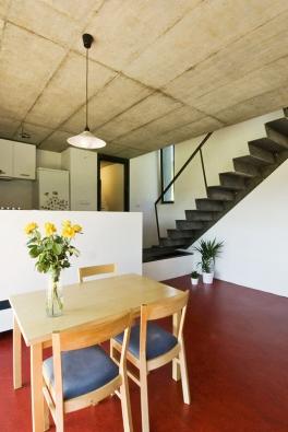 """Knejjednodušším anejpůsobivějším řešením patří lomená schodišťová deska zocelového """"pecičkového"""" plechu."""