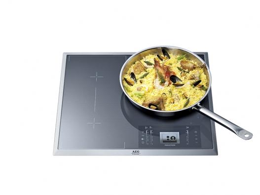 Varná deska HK683320FG, šířka 60cm, 3 varné zóny, maximální flexibilita, displej Maxi Sight snejpokročilejšími možnostmi interakce aovládání, timer, cena 29990Kč (AEG − ELECTROLUX).