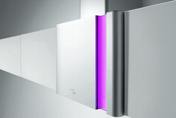 Udigestoře DQGA65KR můžete dotykovým ovládáním pomocí LED osvětlení docílit vinteriéru čistého vzduchu ipůsobivých světelných efektů vsedmi barvách. Design Karim Rashid, výkon odtahu 582 m³/hod., tichý chod, cena 29990Kč (GORENJE).