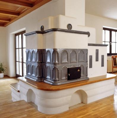 Umístění kachlových kamen je dobré naplánovat už vefázi projektu domu kvůli jejich vyšší hmotnosti. Ztohoto důvodu se vyplatí udělat také statický posudek objektu.