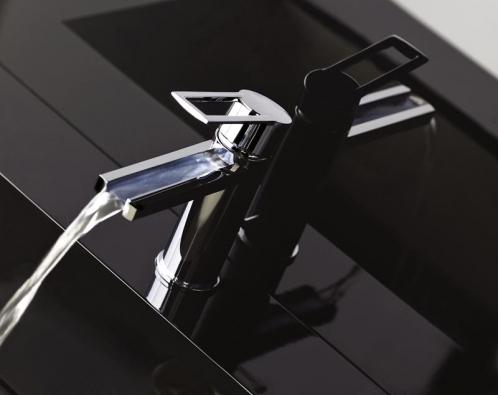 Kaskádová stojánková baterie Gessi  z kolekce Riflessi ve svěžím designu, cena 11 887 Kč (DESIGN BATH).