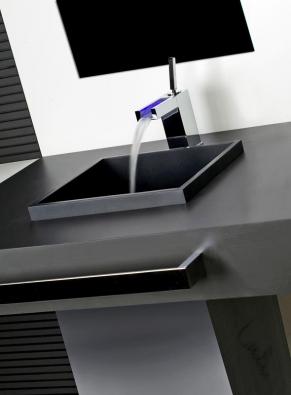 Baterie Gessi z kolekce Rettangolo Colour, proud vody mění barvu v závislosti na zvolené teplotě, cena 39 870 Kč (DESIGN BATH).