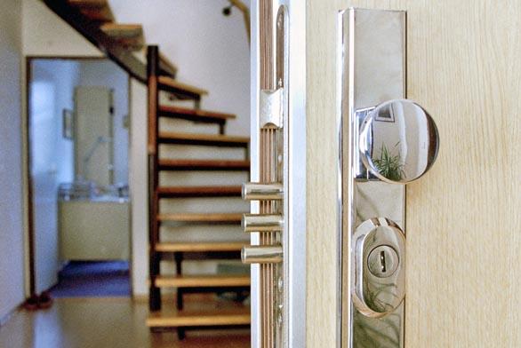 Bezpečnostní dveře, bezpečnostní zárubně abezpečnostní zámek se štítkem (NEXT).
