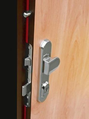 Zámková část bezpečnostních kovových dveří. Díky povrchové úpravě je vnitřní pancíř nenápadný anebudí zbytečnou pozornost (SAPELI).