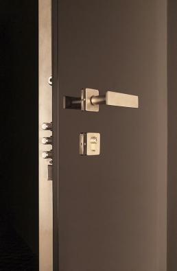 Bezpečnostní dveře byste neměli instalovat svépomocí, ato nejenom kvůli záruce (NEXT).