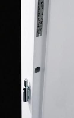 Detail závěsu auzavíracího otvoru kovových bezpečnostních dveří (SAPELI).