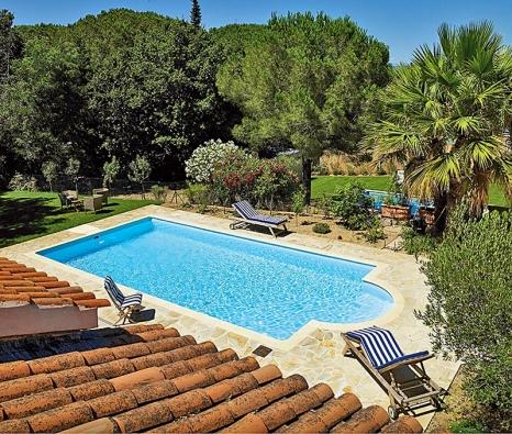 Bazén se musí začlenit doprostředí zahrady svým tvarem, svými rozměry iumístěním. Najejich správné volbě inahloubce bazénu závisí pohodlí při jeho užívání (DESJOYAUX).
