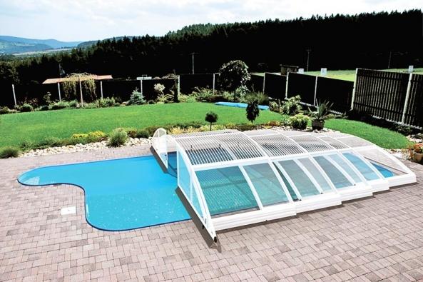 Klasik No-Line – systém elegantního bezkolejnicového zastřešení bazénu, jehož hlavní předností je pohyb dosebe zapadajících modulů naspeciálních kolečkách (ALBIXON).