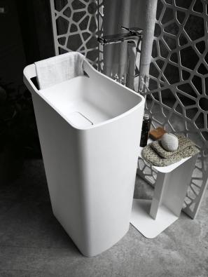 Umyvadlo Lab 03 (Kos), design Ludovica aRoberto Palombovi, materiál Cristalplant, cena 70200Kč (STYLINE).