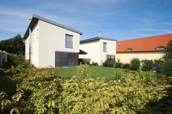 Výsadby jsou vedeny vjednoduché lince podél plotu rodinného domu, aby opticky nezmenšovaly daný prostor.