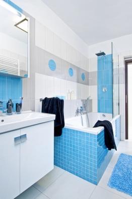 Střízlivá kombinace barev je pro mladíka jako stvořená, ato idekorací – kruhy, které zdobí koupelnu, prostor příjemně rozehrají.