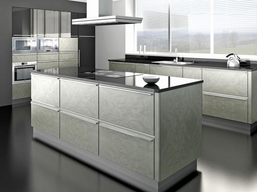Fólie broušený nikl podporuje čistý technicistní výraz ostrůvkové kuchyně, která díky plastickému reliéfu získává navíc velmi osobitý výraz (trachea).