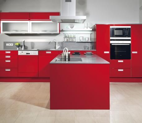 Vaše sebevědomí podpoří kuchyň červené barvy, kuchyňská sestava Nike, provedení MDF deska, povrchová úprava lesk, cena bez spotřebičů 12300 Kč/m2 (INFINI).