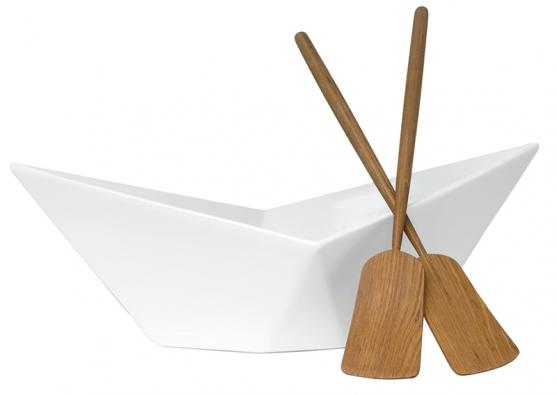 Salátová mísa se servírovacím náčiním Paper boat (design Form us with love, Sagaform), porcelán ateak, rozměr 22 x 37 x 13cm, cena 1295Kč (NAOKO).