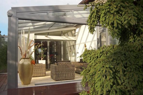 Zimní zahrada dokáže výrazně rozšířit,  zútulnit azpříjemnit náš životní prostor  aumožnit celoroční kontakt spřírodou (HLADÍK STAVEBNÍ SERVIS).