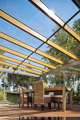 Kombinace dřeva, kovu askla sprecizním zpracováním apromyšlenými detaily vytvoří ze zimní zahrady architektonický skvost (HLADÍK STAVEBNÍ SERVIS).