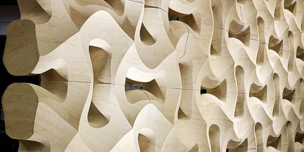 Italská společnost Lithos Design nabízí velkoformátové obkladové dlaždice sbroušeným plastickým povrchem asamonosné prostorové tvarovky, určené pro skladbu interiérových dělicích prvků astěn. Vprostoru tak vznikají výrazné dynamické efekty, www.lithosdesign.com.