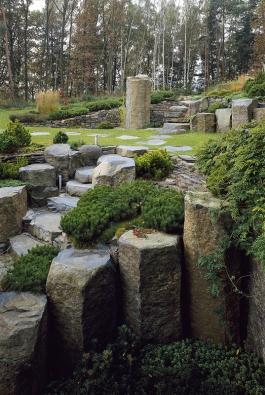 Odsamého počátku učaroval autorovi zahrady kámen, nejdříve jako drobný doplněk zahradního zákoutí, kdy byl ozvláštňujícím detailem kompozice, jakýmsi přírodním šperkem. Později – zároveň se zvětšujícími se plochami řešených zahrad – přibývala velikost imnožství kamenů, které se postupně stávaly páteří kompozice.