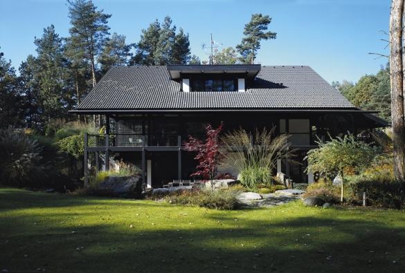 Architektura domů DaVinci Haus přímo vybízí kharmonické úpravě zahrady. Zatímco vkompozici domů převládá dřevo asklo, vzahradě hraje důležitou roli kámen, voda aokrasné trávy. Nazahradě jsou bohatě zastoupeny irůzné druhy vřesů, zokrasných trav připomeňme například ozdobnici (Miscanthus), ostřici (Carex), pampovou trávu (Cortaderia), vousatec (Pennisetum) či bezkolenec (Molinia). Jistou raritou jsou zde trávy zdaleké Pálavy či zvrcholků Pyrenejí.
