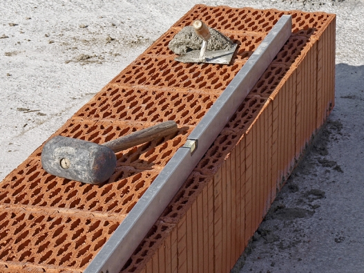 Není třeba lžíce, fanka ani míchačka. Založení anakonec icelá skladba stavebních konstrukcí se dnes spíše podobá montáži. Spřesným zaměřením amaximálním dodržováním rovin, svislic, kolmic, úhlů...