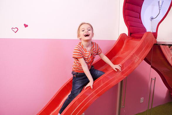 Malá slečna Sofie (5 let) dorostla dověku, kdy potřebuje mít ubabičky adědy vlastní pokoj. Má ráda červenou arůžovou barvu.