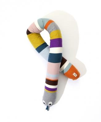 """180cm dlouhý had vyrobený z100% bavlny směkkou výplní může sloužit vposteli ustěny jako """"nárazník"""" nebo pouze jako hračka, cena cca 94 eur, www.ferm-living.com."""