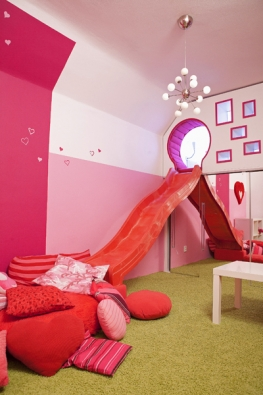"""Napodlaze hlavního hracího prostoru dětského pokoje leží měkký koberec. Velké množství polštářů pod skluzavkou zajišťuje příjemný """"dojezd""""."""