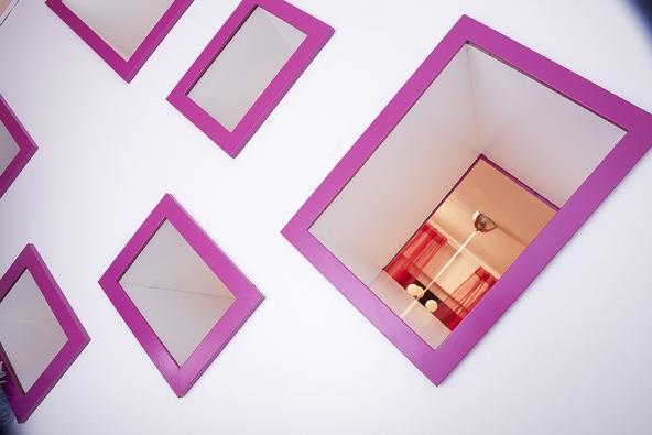 Menší otvory mohou sloužit jako poličky naknihy nebo hračky. Jejich velikost se odvíjela odrámečků zIkey, které designérky použily jako hlavní prvek.
