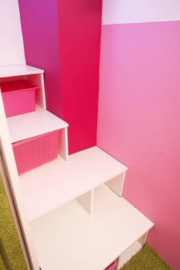 """Lůžko (200 x 90) nad šatní skříní je přístupné poschodech, které zároveň slouží jako úložné boxy nahračky. """"Při stavbě nás trochu potrápily křivé stěny, takže schody nám zabraly skoro celý den, ale to už tak vestarších domech bývá,"""" říká designérka Marta."""