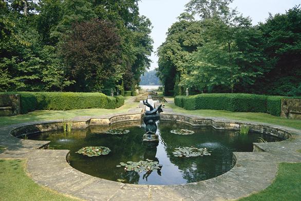 Angličané sice vytvořili přírodně krajinářský park, ale nakonec sami neodolali staré síle geometrických efektů. Krásným příkladem je itento kanál vBuscot Parku vhrabství Oxfordshire.