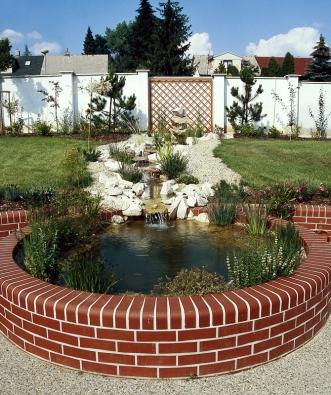 Pravidelnost inepravidelnost, osovost isymetrii, geometrii avolný styl – to vše najdete vtéto kompozici, kterou můžete uplatnit ivnevelké zahradě. Fontána před pergolou na konci osy představuje hlavní bod pohledu anahrazuje  otevřený průhled.