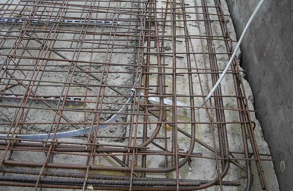Pro funkci hromosvodu lze dobře využít i armovací sítě. Dokud je nekryje beton...