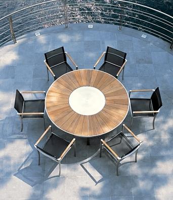 Stůl O-zon (Royal Botania) má kovovou podnož, desku z teaku, v ní je další otočná deska k snadnému podávání pokrmů. Cena 152 201 Kč (EUROLUX).