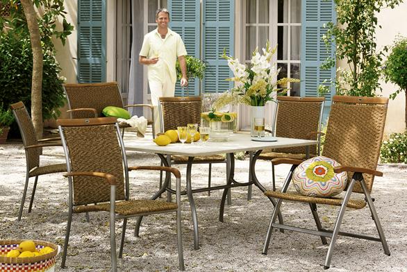 Přírodní vzhled ovšem s použitím moderních materiálů nabízí řada Camara. Hliníková konstrukce, výplet, aplikace z teakového dřeva.  Cena křesla od 5 990 Kč, cena stolu od 14 990 Kč (KETTLER).