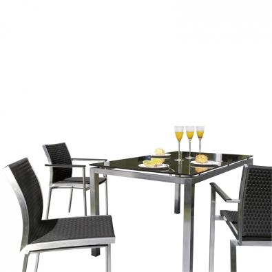 Sestava Avanti je z ušlechtilé ocele, křesla mají luxusní výplet, stůl desku  z kouřového skla. Cena křesel je od  6 490 Kč, stolu od 12 990 Kč (KETTLER).