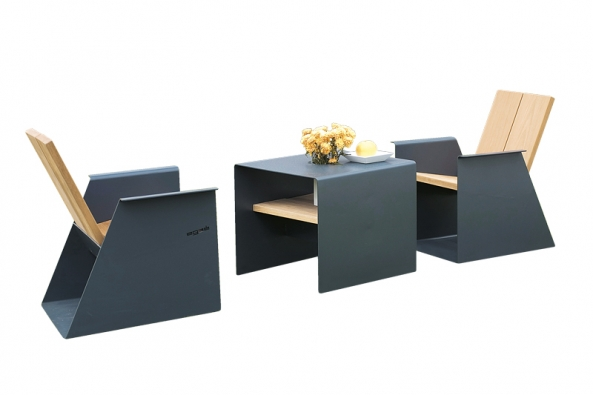 Výrazný dojem z řady Radium určuje estetická kvalita ohýbaného plechu, který sám tvoří nosnou strukturu všech prvků. Sedák a opěradlo tvoří desky z tropického dřeva (EGOÉ).