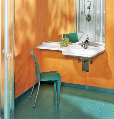 Podjízdné umyvadlo nepotřebuje vozík, stejně dobře leckomu poslouží i židle (SANITEC).