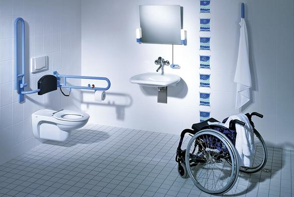 Koupelna Vitalis od firmy Keramag je elegantní a pohodlná. Sklopná madla u WC doplňuje opěrka zad, umyvadlo je podjízdné, zrcadlo lze naklápět ruční páčkou (SANITEC).