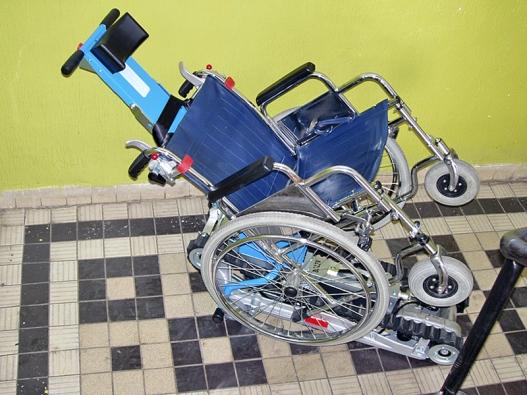 K překonávání schodišť mohou vozíčkářům posloužit schodolezy (VVS-ČESKÉ VÝTAHY).