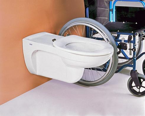 Mísa pro vozíčkáře má být 50 cm vysoká a se sklopnými madly po stranách (SANITEC).