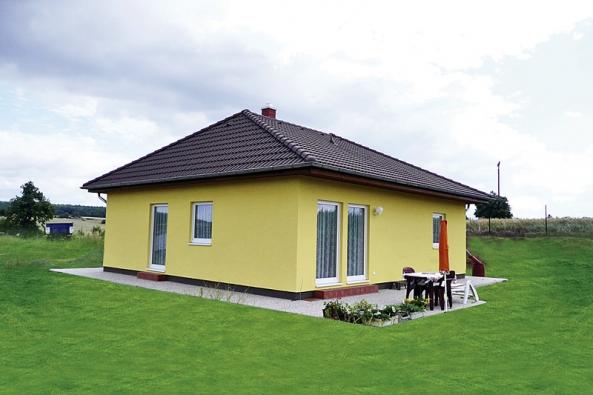 Dům Largo je bungalov s půdorysem ve tvaru L. Základní cena je 2 064 000 Kč bez DPH (RD RÝMAŘOV).